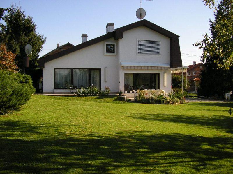 Kuća ima građevinsku dozvolu i uredni vlasnički list.